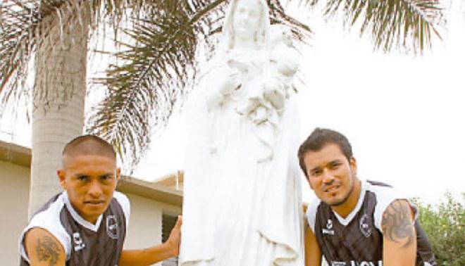 Rezan a la Virgen