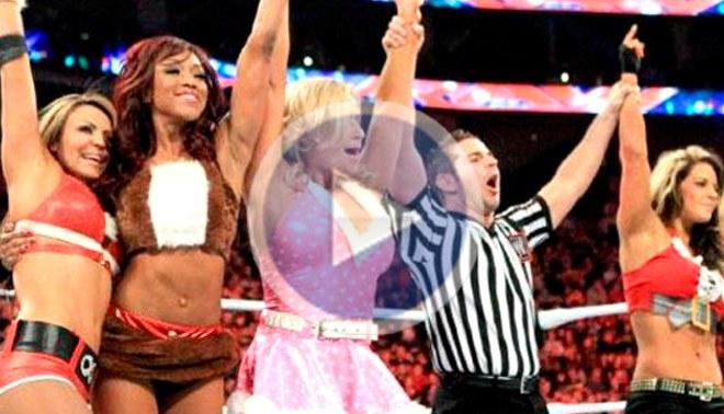Divas de la WWE lucharon vestidas de sexys mamanoelas [VIDEO]