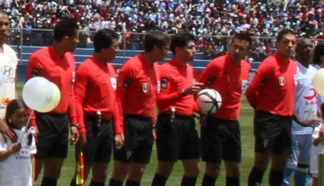 Insólito: seis árbitros en  primera final