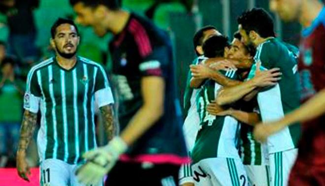 ¿Juan Vargas discutió con su compañero en el triunfo del Real Betis ante Real Sociedad? [VIDEO]