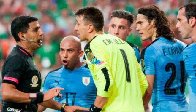 México vs. Uruguay: Edinson Cavani y Fernando Muslera arremetieron contra árbitro paraguayo | VIDEO
