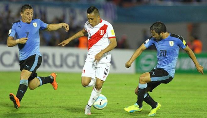 ee00fd7dea0 Christian Cueva conduce un balón ante la mirada de 'Cebolla' Rodríguez y  Álvaro González. Creditos : LIBERO