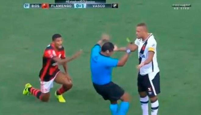 Twitter: Infinidad de memes tras árbitro que simuló agresión de Luis Fabiano [FOTOS Y VIDEO]