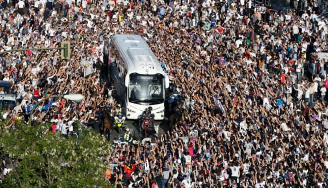 Real Madrid vs. Barcelona: la afición de la 'Casa Blanca' se tiró encima del autobús [VIDEO]