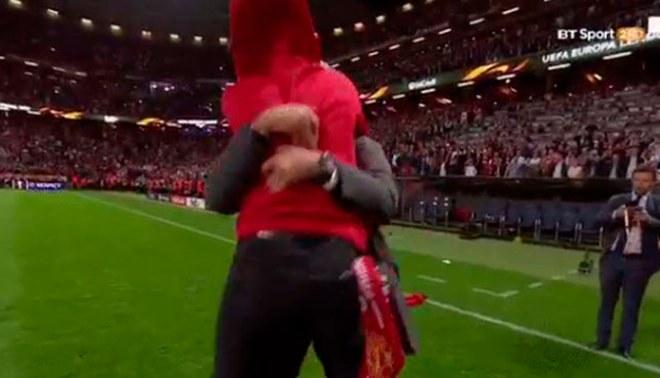 Manchester United: José Mourinho celebró así título, pero no calculó la fuerza de su hijo [VIDEO]