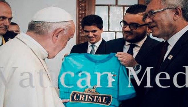 Papa Francisco recibió la camiseta del Sporting Cristal durante su estadía en Lima