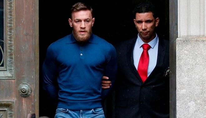 UFC: Conor McGregor aparece esposado en New York [VIDEO]