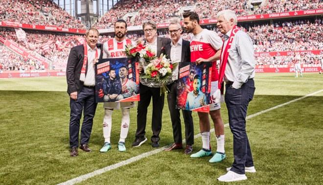 Claudio Pizarro recibió un homenaje como despedida del Colonia