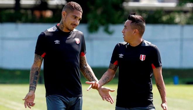 Paolo Guerrero y Christian Cueva durante un entrenamiento de la Selección Peruana.