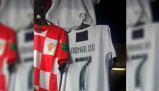 La nueva camiseta de Cristiano Ronaldo ya se vende en Polvos Azules.  Fuente   carloslara710 0394eebe93546