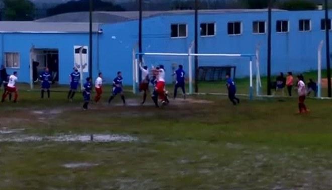 Letal contragolpe de un equipo de fútbol argentino en plena cancha de lodo [VIDEO]
