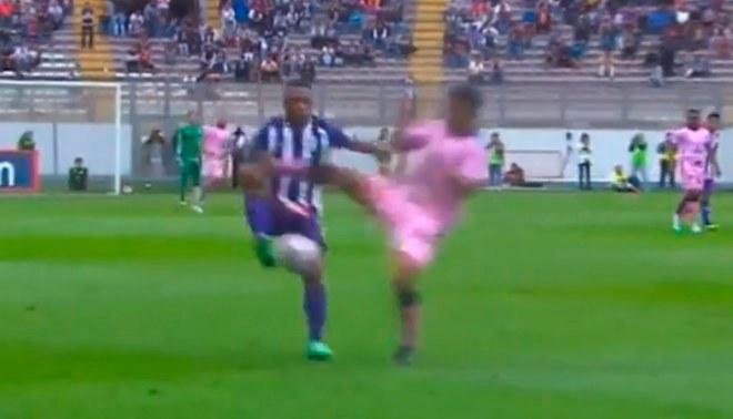 """Alianza Lima vs Sport Boys: Alejandro Ramos casi """"parte"""" a Roberto Villamarín tras terrible falta [VIDEO]"""