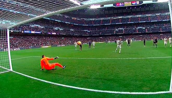 Real Madrid vs Real Valladolid: Sergio Ramos anota el 2-0 picándole el balón al portero [VIDEO]