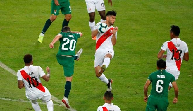 Carlos Zambrano y la mano que le valió un penal en contra a la Selección Peruana (EFE)