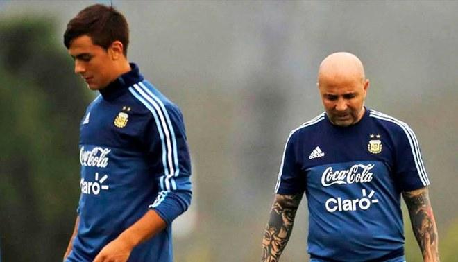 Paulo Dybala y Jorge Sampaoli durante una práctica de la Selección Argentina.