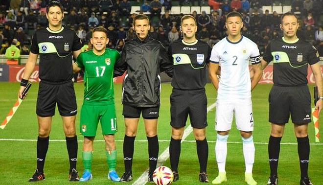 Henry Vaca sonríe en la foto de capitanes del amistoso Argentina vs Bolivia Sub-23.
