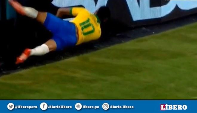Neymar sufre un fuerte golpe que casi lo saca del partido