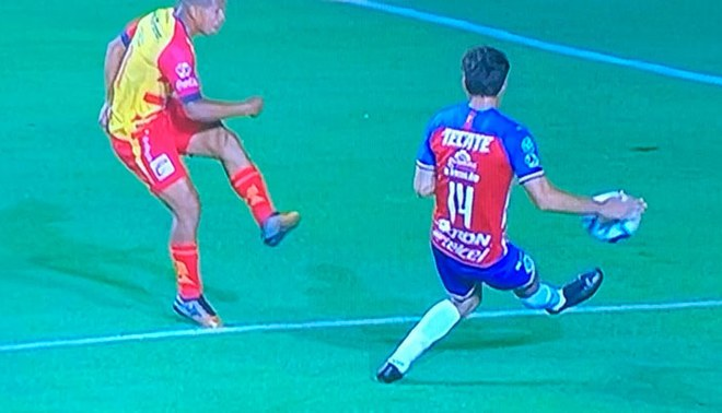 Edison Flores generó penal para el gol del 1-0 en el Morelia vs Chivas [VIDEO]