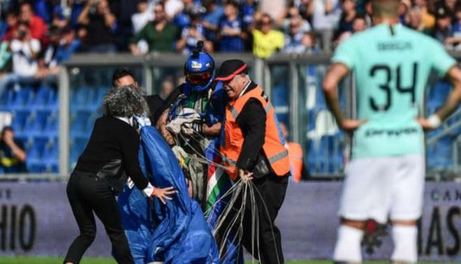 Inter de Milán vs Sassuolo: Paracaidista aterrizó de sorpresa en el campo durante el partido   Foto: AFP