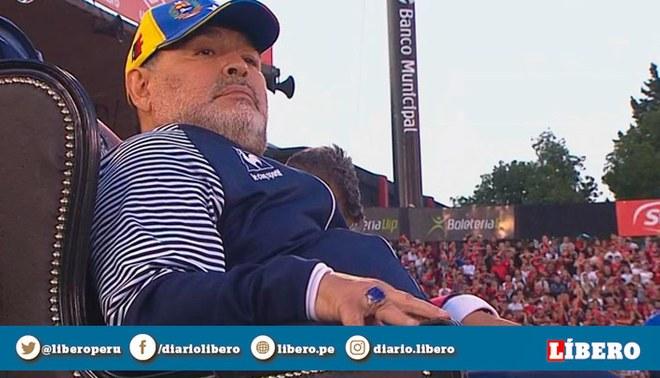 Diego Maradona tiene su propio 'trono' para dirigir a Gimnasia de visita ante Newell's.   Foto: Captura