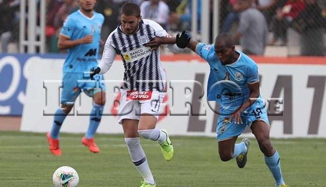 Felipe Rodríguez disputa un balón con Leudo en el Alianza Lima vs Binacional.