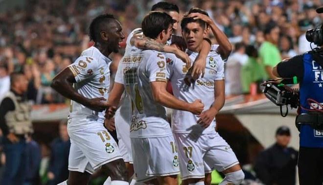 Jugadores de Santos Laguna celebran el gol de Gerardo Arteaga (@NoticiasSol).