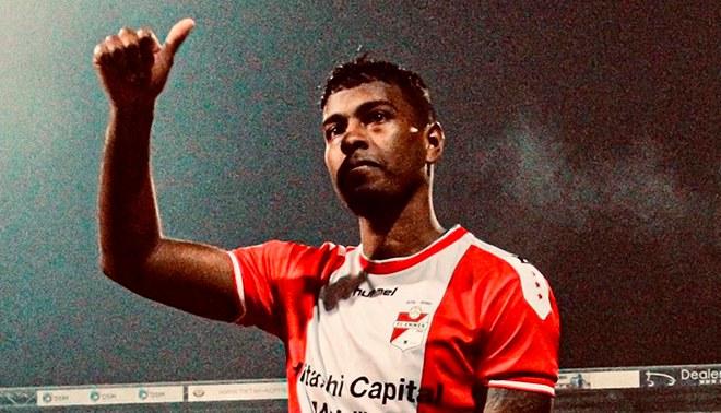 Miguel Araujo está feliz tras debutar con el Emmen de Holanda. Foto: Emmen FC.
