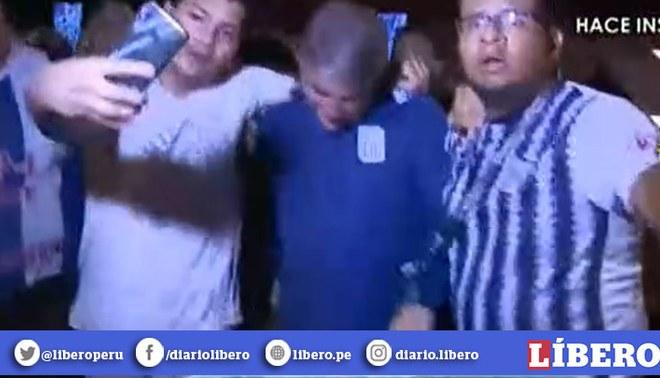 Hinchas de Alianza hacen cadena humana para proteger a Bengoechea tras la derrota 4-1 ante Binacional | Foto: Captura América Televisión