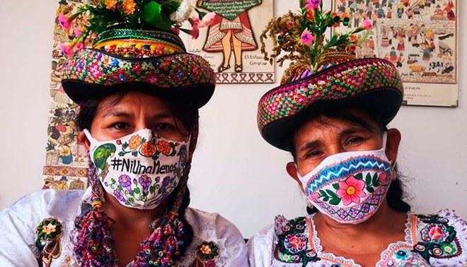 Madre e hija ayacuchanas elaboran mascarillas con diseño de pollera   Foto: Facebook de Gaudencia