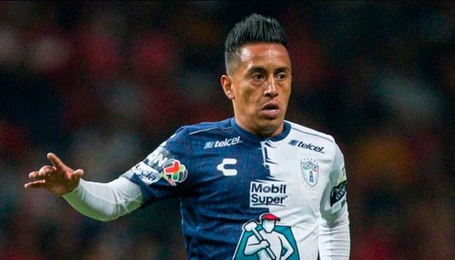 Christian Cueva durante un partido del Pachuca.