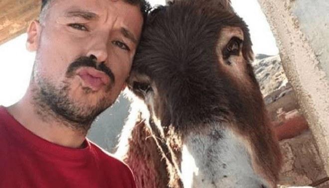 Hombre y el burro de sus hermano lloran al reencontrarse luego de la curentena | Foto: Facebook