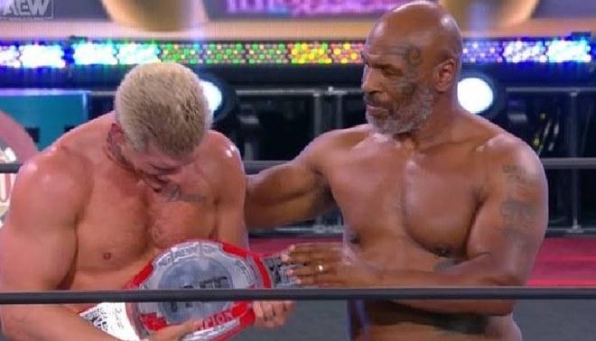 Mike Tyson estregó el nuevo título de AEW a Cody   FOTO: AEW