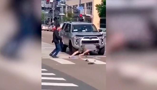 Boxeador asiático tuvo una repentina reacción.