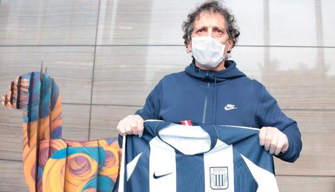 Mario Salas posa con la camiseta de Alianza Lima a su llegada a nuestro país.