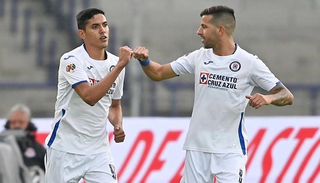 Josué Reyes celebra el 2-1 ante Pumas con Pablo Ceppelini (Cruz Azul).