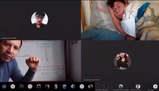 Profesor capta a su alumno recostado en su cama y es viral en las redes sociales
