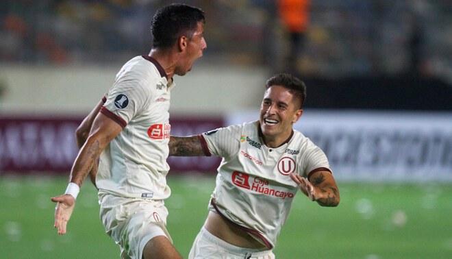 Federico Alonso y Alejandro Hohberg celebran un gol de Universitario en la Copa Libertadores 2020.