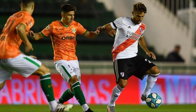 Leonardo Ponzio aguanta la marca de un rival de Banfield (FUENTE: River Plate).