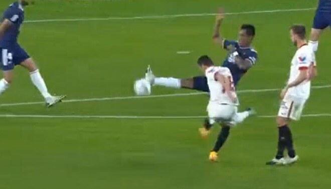 Renato Tapia intentó bloquear un remate, pero terminó en el gol de la remontada de Sevilla. Foto: Captura