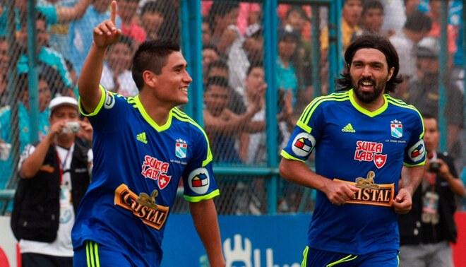 Irven Ávila celebra un gol de Sporting Cristal con Jorge Cazulo.