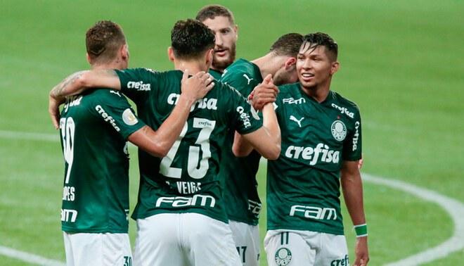Raphael Veiga celebra el 1-0 en el Palmeiras vs Gremio junto a sus compañeros (Brasileirao).