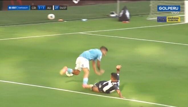 Kluivert Aguilar cometió penal infantil contra Sporting Cristal - FOTO: Captura