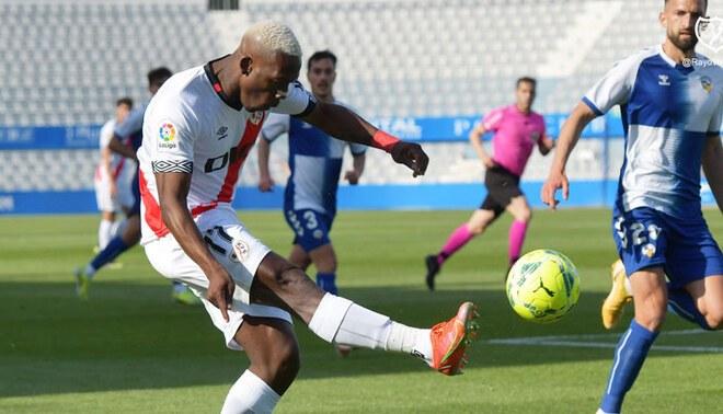 Luis Advíncula cumplió 100 partidos con Rayo Vallecano, pero se aleja del ascenso. Foto: Rayo