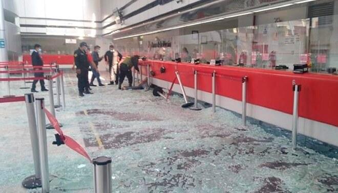 Los vidrios impactaron sobre los asistentes a la entidad. Foto: Twitter