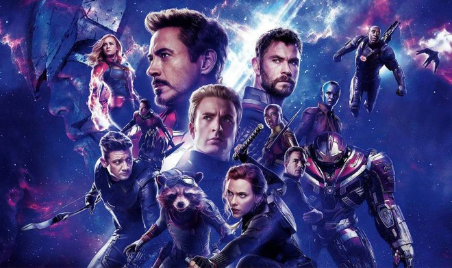 El Capitán América levanta el martillo de Thor.