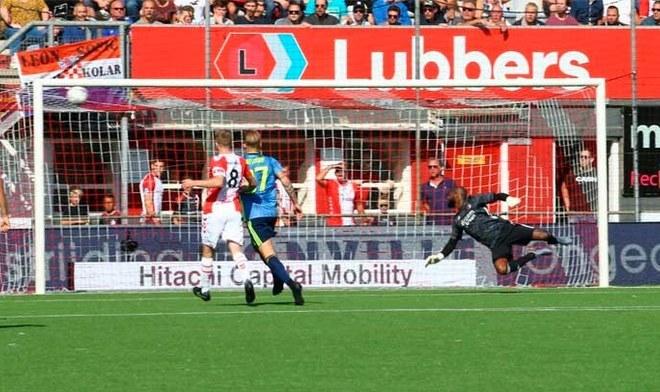Sergio Peña y el 'golazo' para el 2-2 en el duelo ante Renato Tapia. FOTO: Difusión