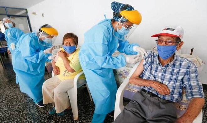 El 16, 17 y 18 de abril se realizará el plan vacunación para adultos mayores. Foto: Convoca.