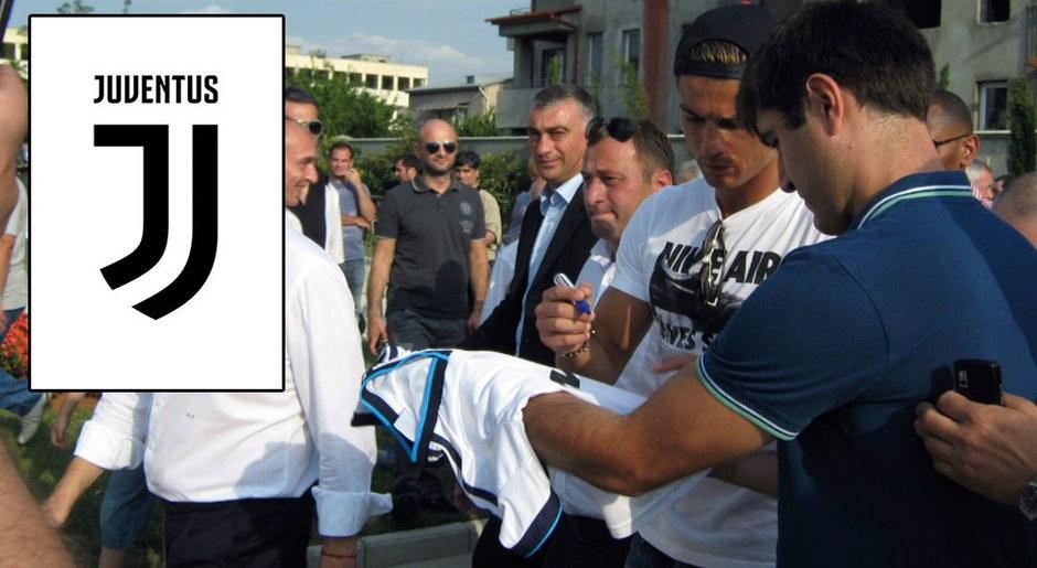 Una niña es la primera en portar la camiseta de la Juventus con la rúbrica del portugués.
