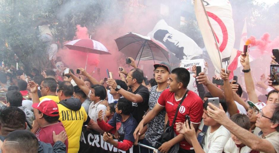 Alianza Lima vs Universitario: Hinchada crema realizó banderazo previo al clásico